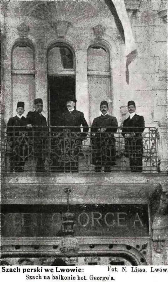 """Шах Музафар - ед - Дін на балконі готелю """" Жорж """", 1905 рік"""
