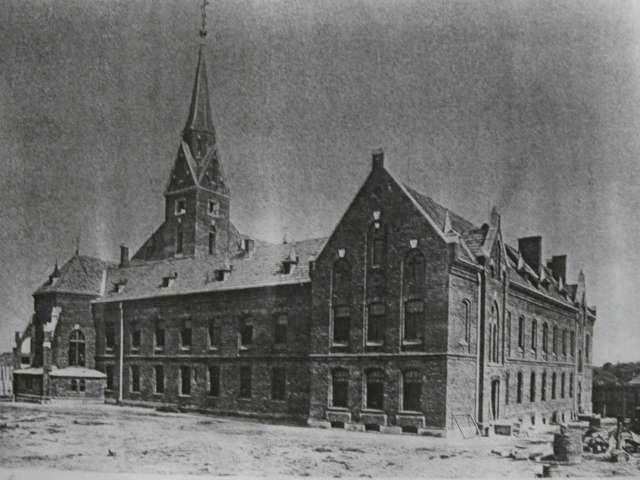 Будівля монастиря та костелу кармеліток босих з тильної сторони. Фото 1895 року