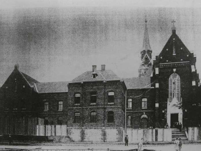 Вигляд костелу з вул. Кшижової (нині Ген.Чупринки). Фото 1895 року