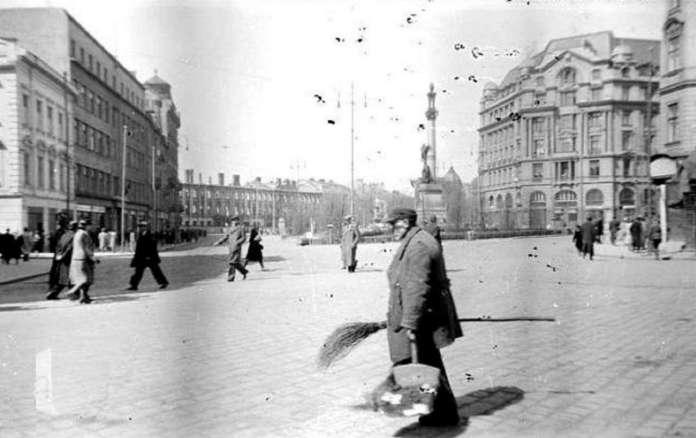 Вулична сцена на нин. пл. Міцкевича, 1942 рік