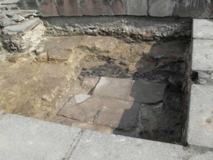 Фундаменти готичної Великої синагоги, віднайдені в ході розкопок пл. Арсенальної 2012 року