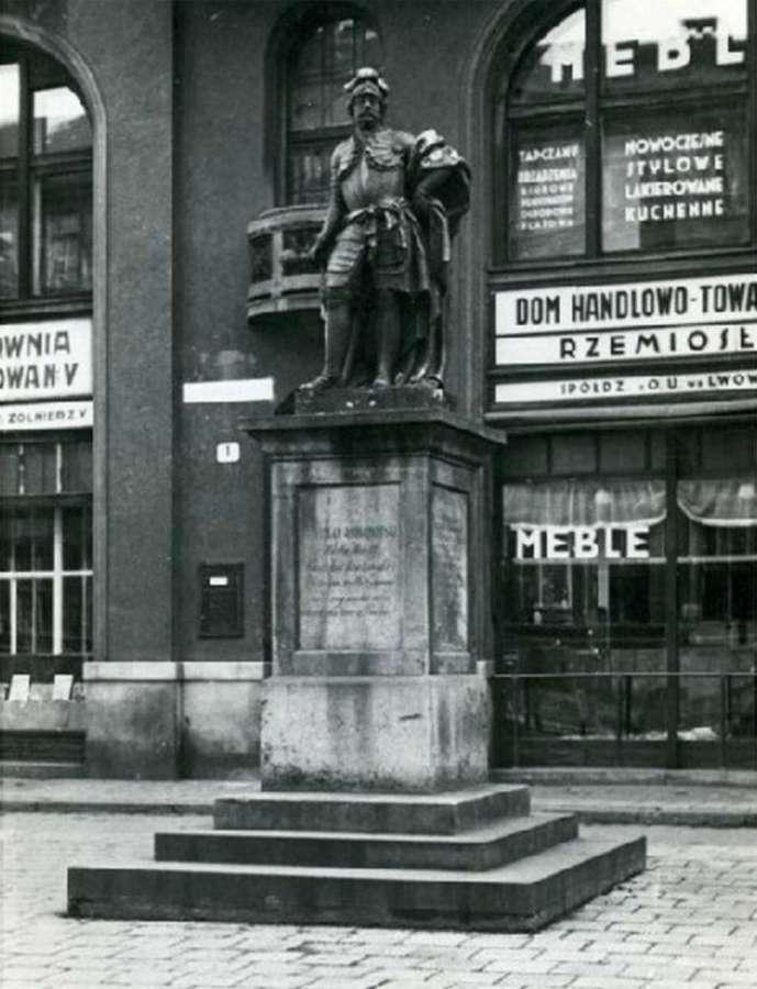 Пам'ятник гетьману Яблоновському на нин. площі Яворського. Фото кінця 1930-х років