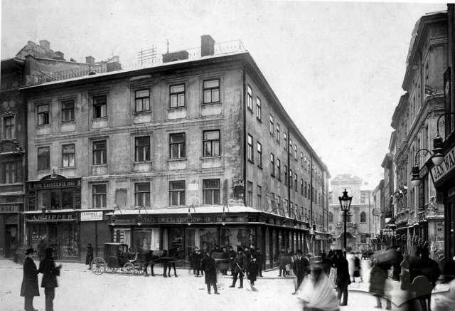 Кам'яниця на розі Ринку та вул. Шевська, яка 1895 року перейде у власність Абрагама Ціппера. Фото поч. XX  ст.