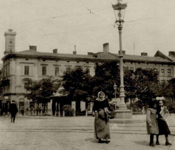 Вулична сцена на площі Галицькій. Фото кінця XIX ст.