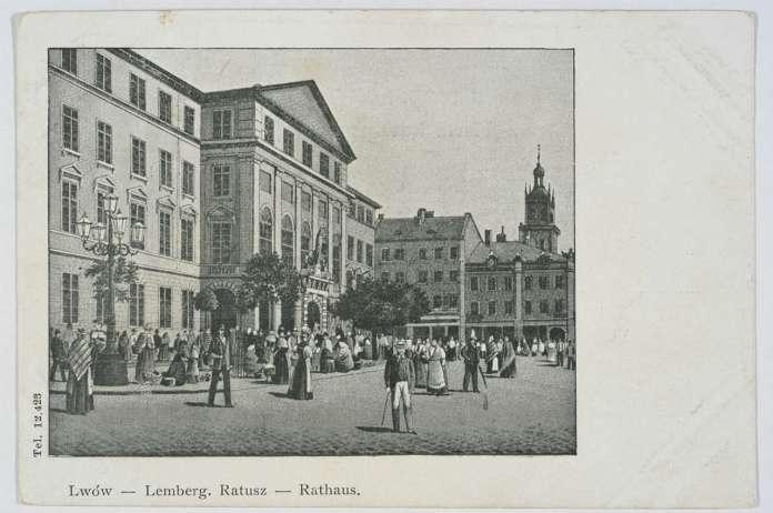 Головний фасад ратуші із скульптурною композицею. Поштівка, 1906 рік