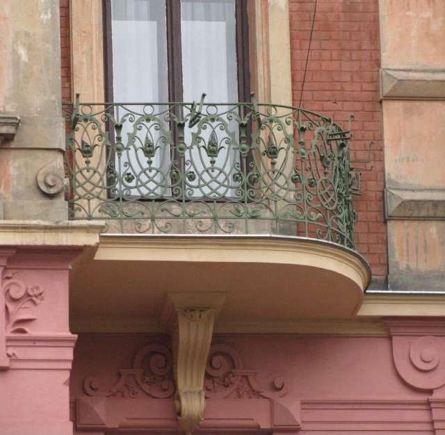 Обрамлення балкону на пл. Соборна,1 у виконанні підприємства Дашека