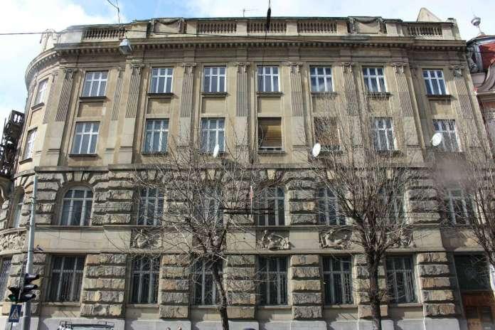 Бічний фасад будівлі банку з вул. Листопадового Чину. Фото 2015 року