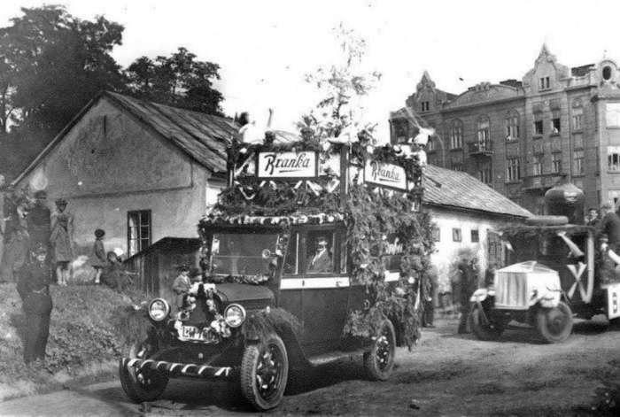 """Рекламний автомобіль """"Бранки"""" на теренах казарм Фердинанда. Фото міжвоєнного періоду"""