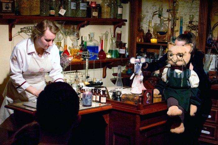 """Сцена з вистави """"Чарівні ліки або чому кіт не з'їв мишку"""""""