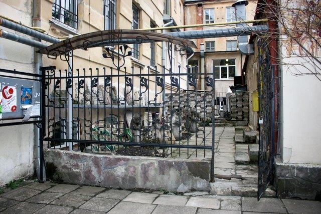 Скульптурний дворик львівського коледжу декоративного та ужиткового мистецтва ім. Івана Труша
