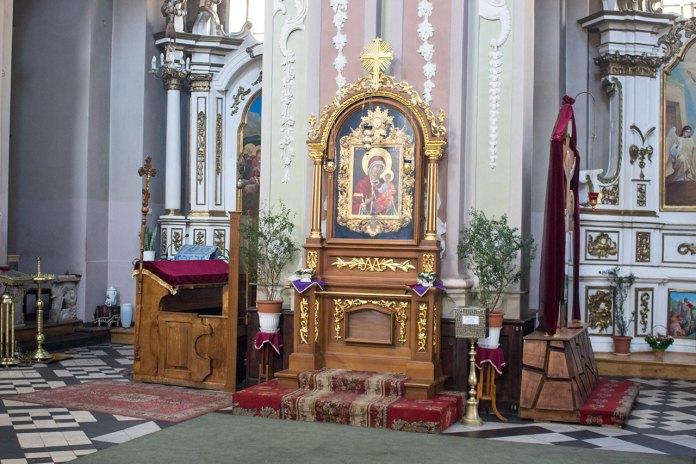 Кіот з копією чудотворної ікони Львівської Богородиці