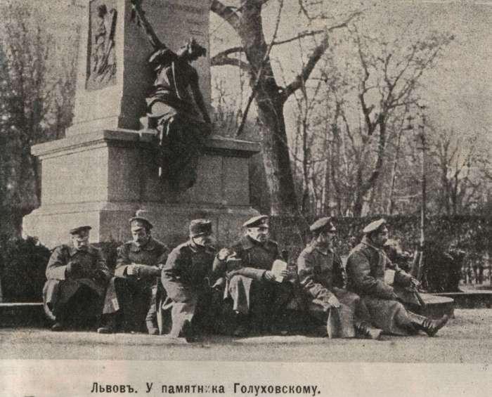 Сцена біля монумента Агенору Голуховському. Фото 1915 року