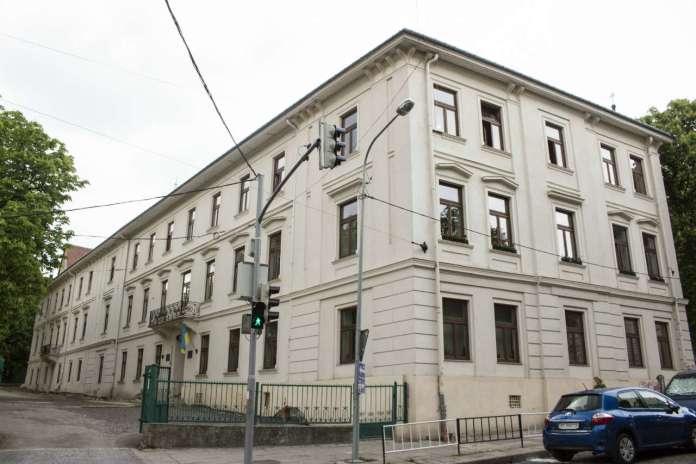 Львівська середня школа №8, одна з найстаріших шкільних будівель України. Фото 2015 року
