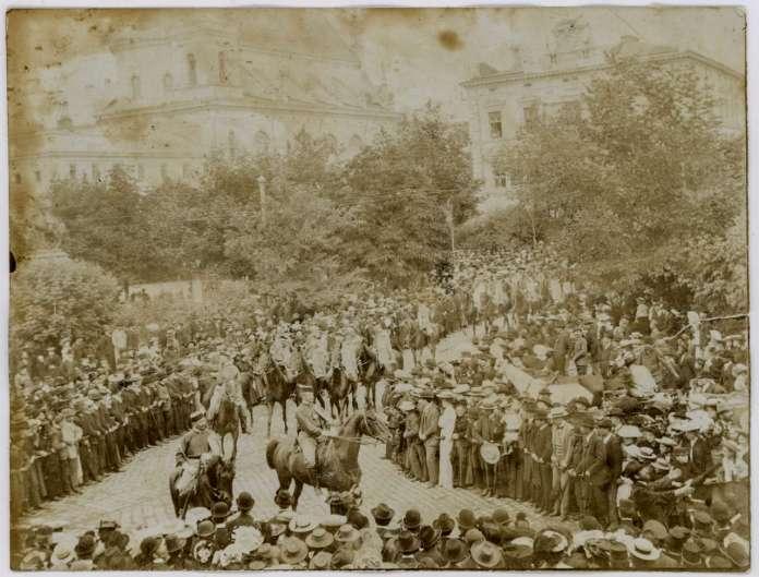 """""""Віденська кав'ярня"""" (праворуч) на фото початку XX сторіччя"""