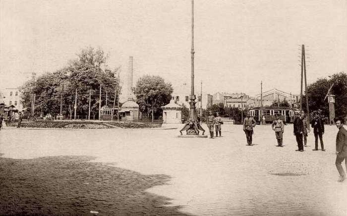 Російські військові поблизу головного вокзалу у Львові. Фото 1914 року