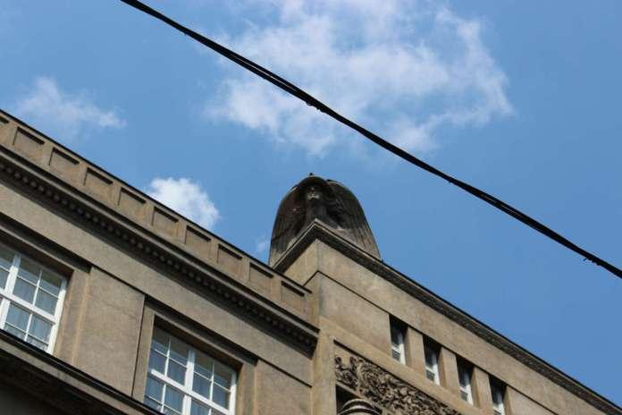 Один з елементів фасаду споруди, погруддя Меркурія у виконанні Курчинського. Фото 2015 року