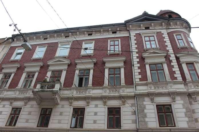 Фрагмент фасаду споруди на місці Бойківської кам'яниці від вулиці Валової. Фото 2015 року