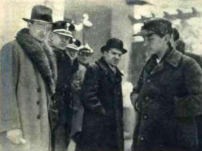 Слідчі перед віллою Заремби, праворуч - Стас Заремба. Фото 31 грудня 1931 року