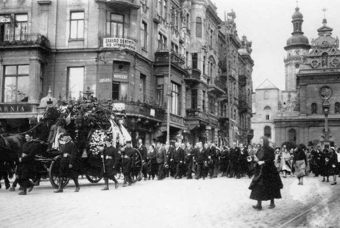 Процесія на площі Галицькій. Фото міжвоєнної доби.
