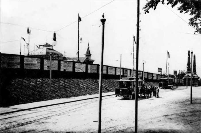 Фрагмент нин. вулиці Самчука та трамвайного маршруту, праворуч - головна брама виставки крайової. Фото 1894 року