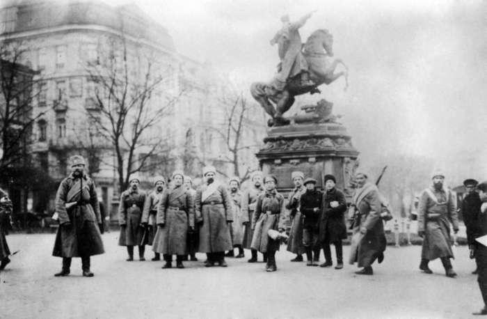 Військові біля монумента Яну III Собєському. Фото 1915 року