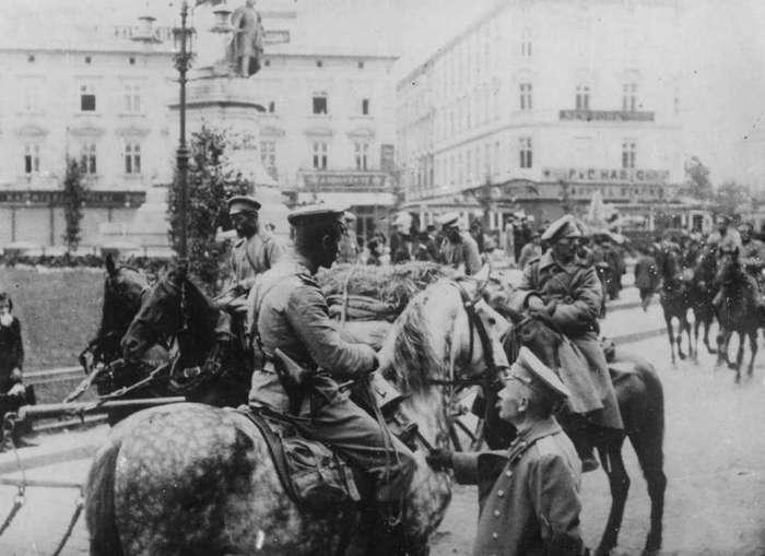 Російські козацькі патрулі на Марійській площі. Фото 1914 року