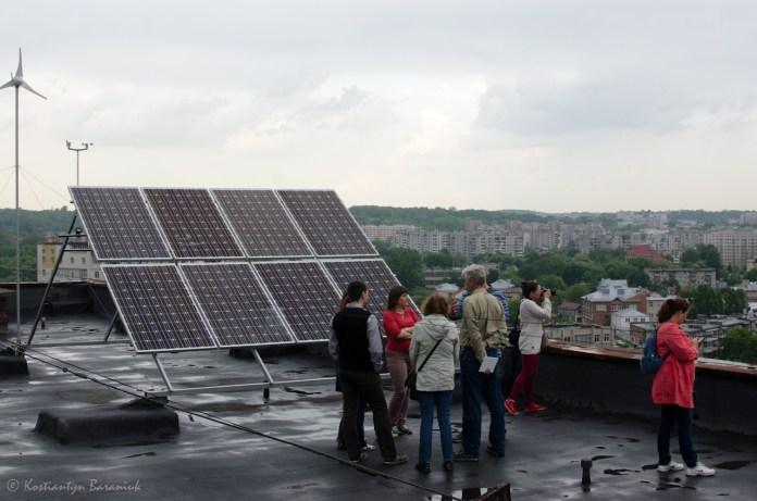 Сонячні батареї на даху будівлі.