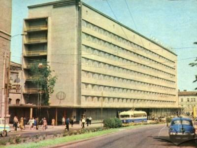 Тролейбус марки МТБ-82Д маршруту №4 на вулиці 700-річчя Львова (тепер пр-т Чорновола), фото, 1965-1969 роки.