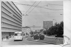 Тролейбус маршруту №4 біля готелю Львів на вул. 700-річчя Львова (тепер пр-т Чорновола), фото, 1965-1970 роки.