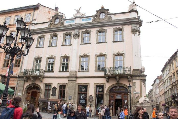"""Площа Ринок, 10 де у будинку """"Просвіти"""" 30 червня 1941 року відбулися Національні збори"""