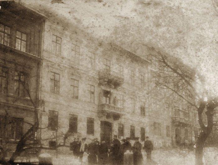 Соломія Крушельницька з родиною біля власного будинку у Львові, 1903 р.