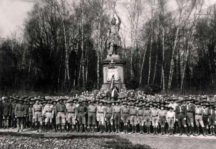 Польські скаути біля монументу Кілінському. Фото 1923 року
