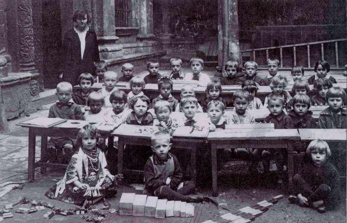 Руський аналог дитячого дошкільного закладу у дворі Успенської церкви. Фото до 1939 року