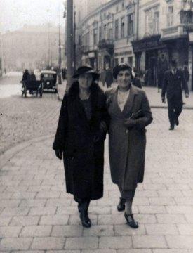 Зліва Марія Березовська під час прогулянки Львовом