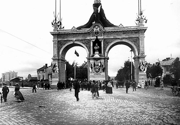 Тріумфальна арка, пластичним оформленням якої займалися скульптори С.Левандовський та А.Попель