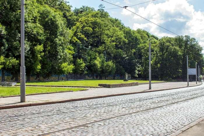 Фрагмент сучасної вулиці Вітовського, де колись знаходився найбільший став Львова. Фото 2015 року