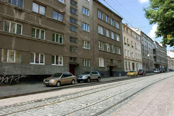 Сучасна забудова на вулиці Вітовського (давній Пелчинській) - саме тут знаходився Панянський став. Фото 2015 року