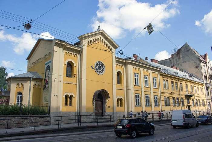 Церква Непорочного Зачаття Пресвятої Діви у Львові і монастир Климента. Фото 2015 року