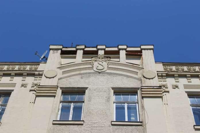 Елемент бічного фасаду споруди із позначенням імені замовника - адвоката Сегаля. Фото 2015 року