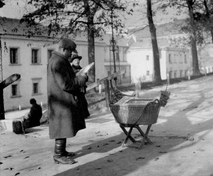 Торговець прецлями на Губернаторських Валах. Фото до 1939 року