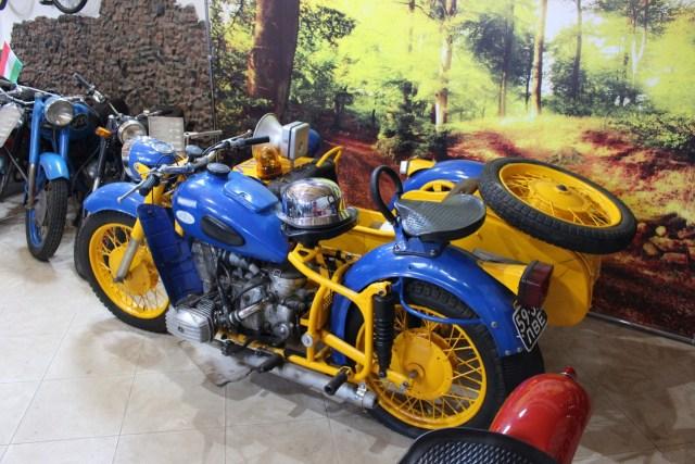 Мотоцикл в стилізований під міліцію для фото.