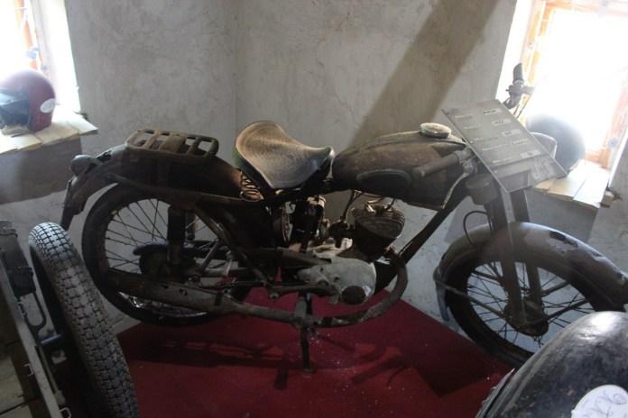 """Мотоцикл """"Мінськ"""", який багато років пролежав в болоті."""