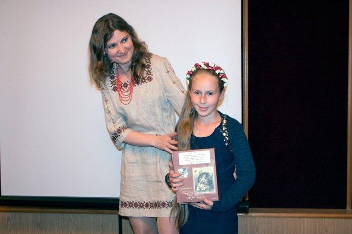 Софія Легін та Анастасія Молодова презентують виготовлені до ювілею Катерини музейні пазли