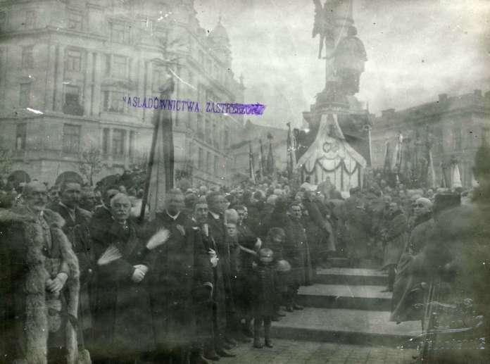 """Урочистості з відзначення Львова Хрестом """"Віртуті Мілітарі"""" на Марійській площі. Фото листопада 1920 року"""