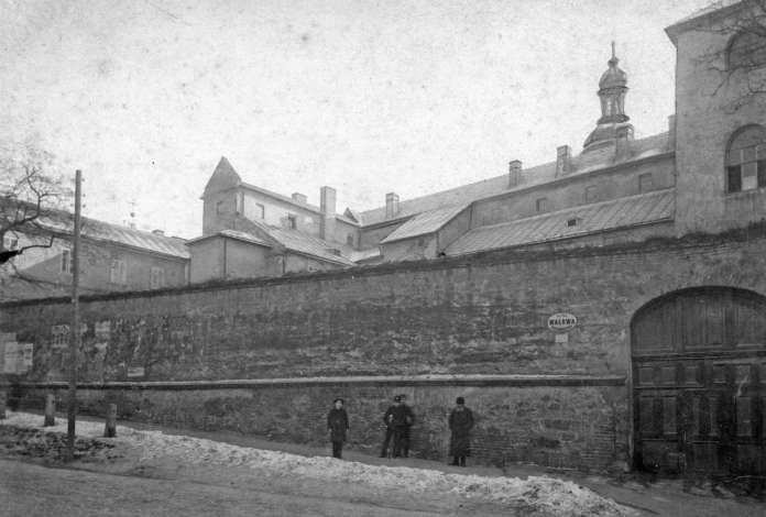 Гімназисти під Бернардинськими мурами на вулиці Валовій. Фото поч. XX сторіччя