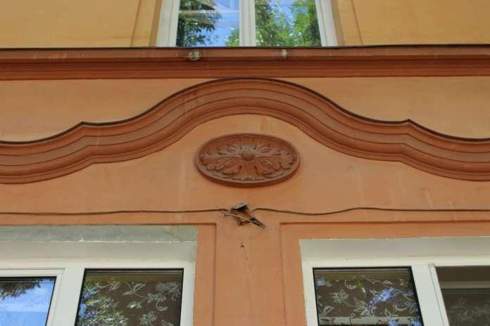 """Фрагмент декору """"офіцерської"""" забудови на Одеській. Фото 2015 року"""