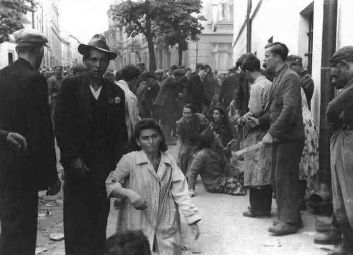 Репресії єврейського населення під стінами Замарстинівської в'язниці. Фото 1941 року