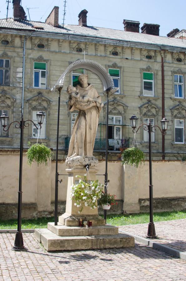 Статуя Святого Антонія на подвір'ї костелу