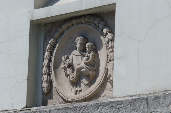 Зображення Святого Антонія на дзвіниці костелу