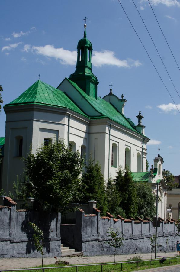 Костел Святого Антонія, вид з вулиці Заньковецької
